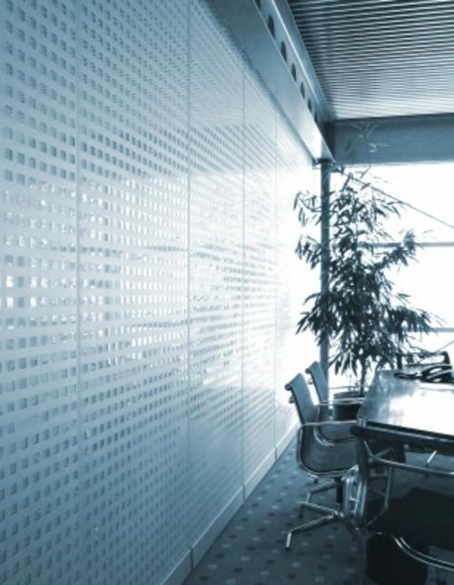 Büro mit Glaswand und Pflanze