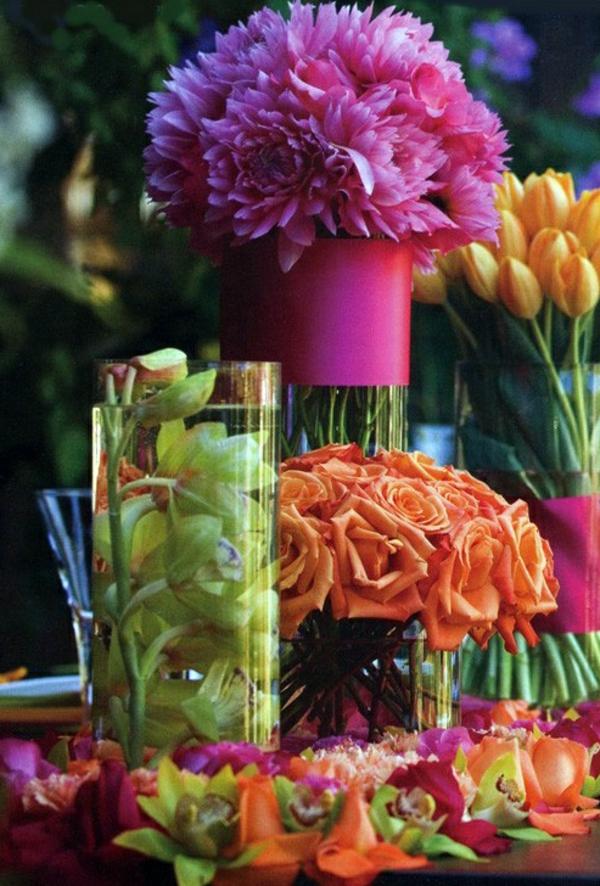 Blumengestecke und schöne Blumenstäuße orange