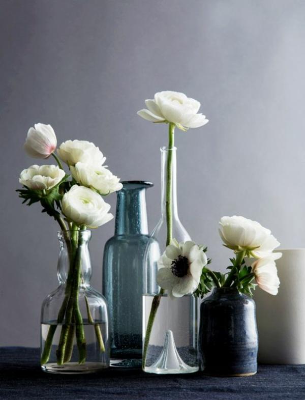 Blumengestecke und schöne Blumensträuße weiß