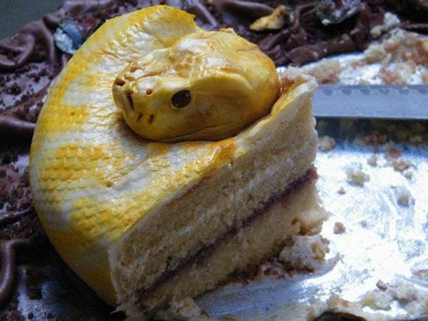 gruselig Torten tolle Tortendeko Tortenfiguren gelbe schlange