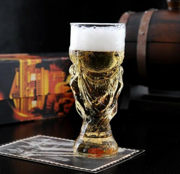Fussball bier zu Hause fußballfans bier trinken