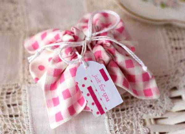 Geschenke originell verpacken liebevoll schleife