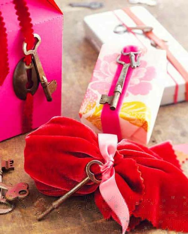 Geschenke originell schön verpacken rot stoff