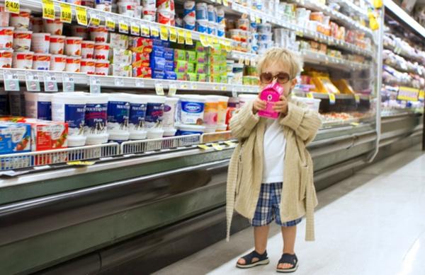 Halloween supermarkt Kinderkostüme designs festlich einkaufen gehen