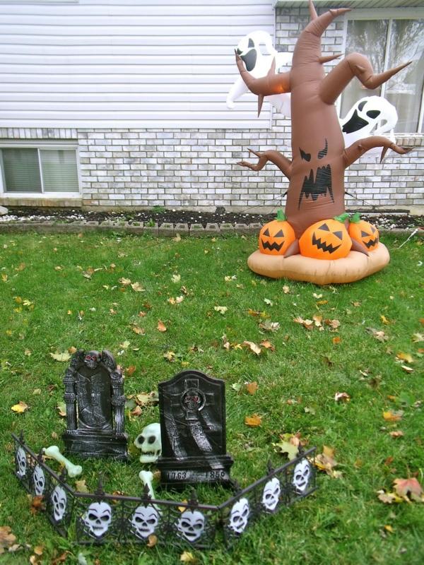 Halloween Party Deko im Garten gruselig baum