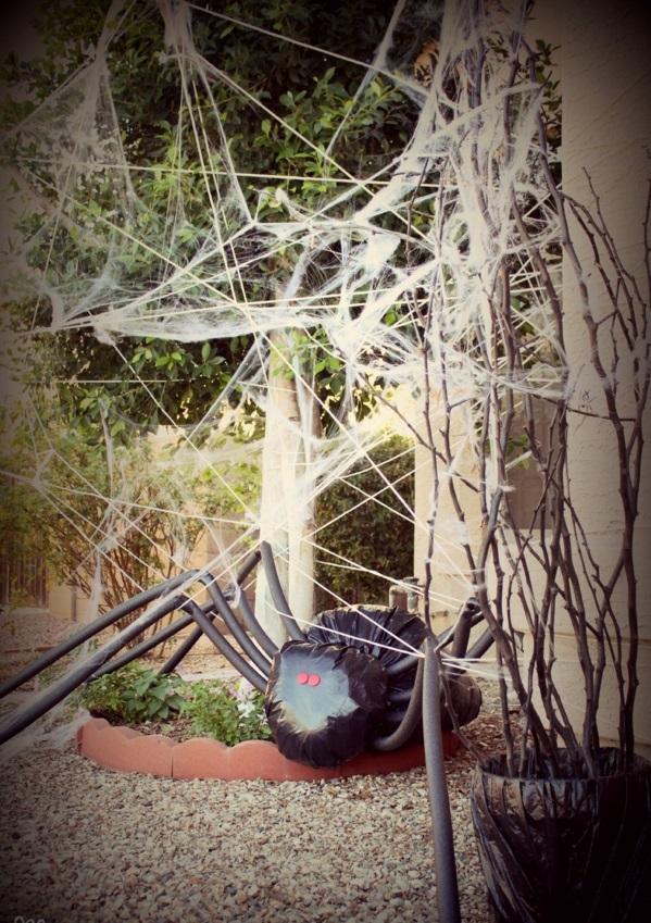 Halloween Party Deko im Garten schwarze spinne
