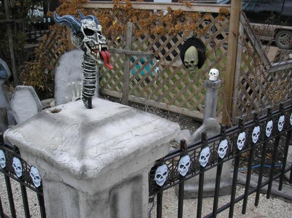 Halloween böse Party Deko im Garten zaun schädel