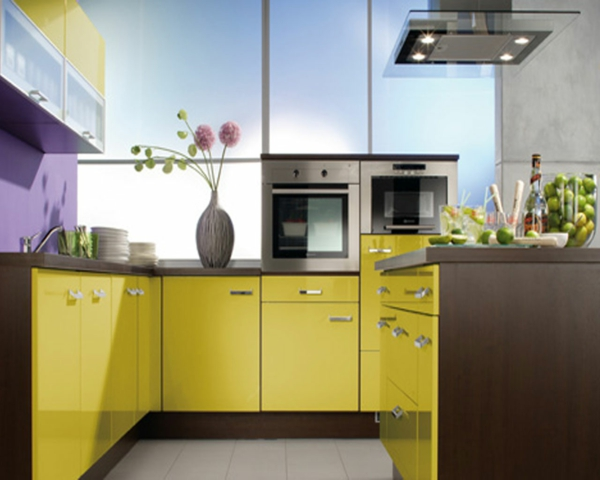 Küchenzubehör und Küchengeräte gelbe blumenvase küchenschrank