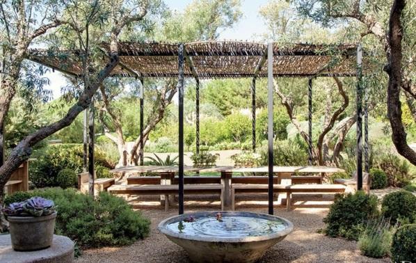 Loungemöbel im Garten natur
