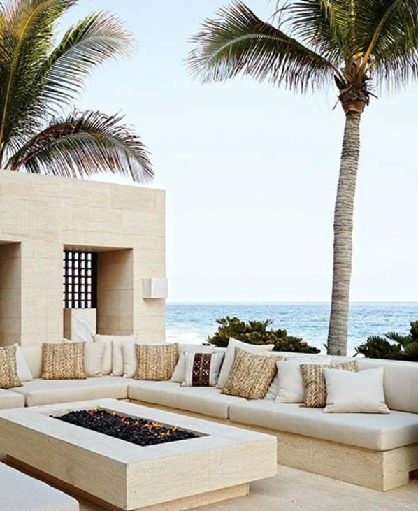 Loungemöbel im Garten für eine Partyecke im Freien