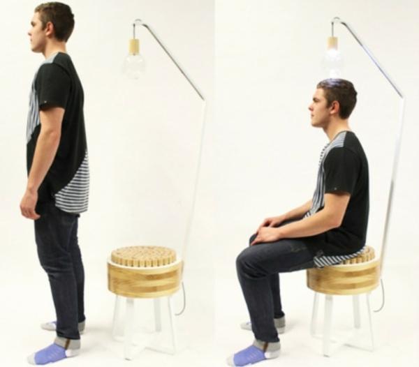 Stehlampe und Stuhl glühbirne holz sitzplatz ausstellung