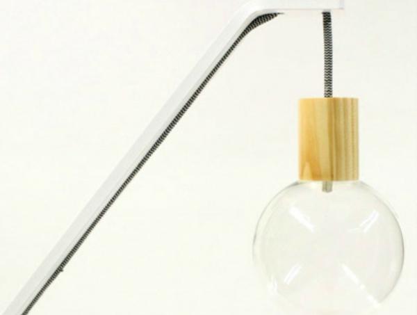 Stehlampe und Stuhl glühbirne holz sitzplatz metall