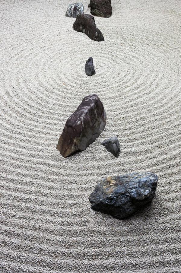 asiatischer garten gartengestaltung mit steinen kies steinfiguren