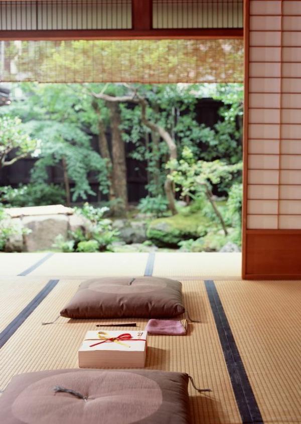 asiatischer-garten-innenhof-entspannungsecke-gartengestaltungsideen-bambus-matte-holz