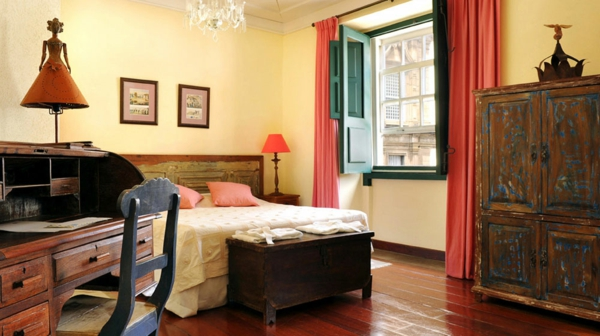 ausgefallene hoteleinrichtung mit antike möbel