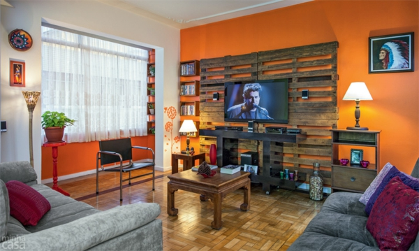 bauen mit paleten tv wohnwand wohnzimmer wandfarbe orange