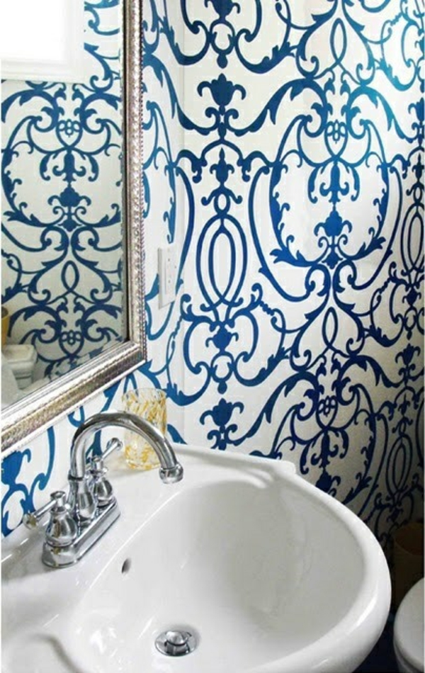 blaue tapete im badezimmer tapetenmuster abstrakt wandspiegel waschbecken