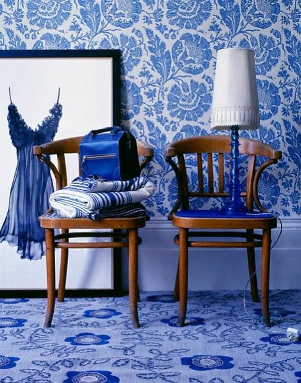blaue tapete muster blumenmuster wanddeko stühle