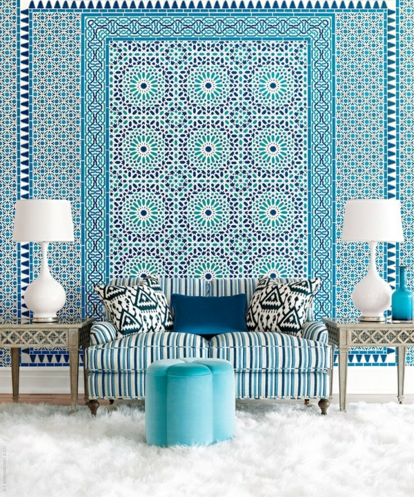 blaue tapete muster tapetenmuster wohnzimmer sofa streifenmuster