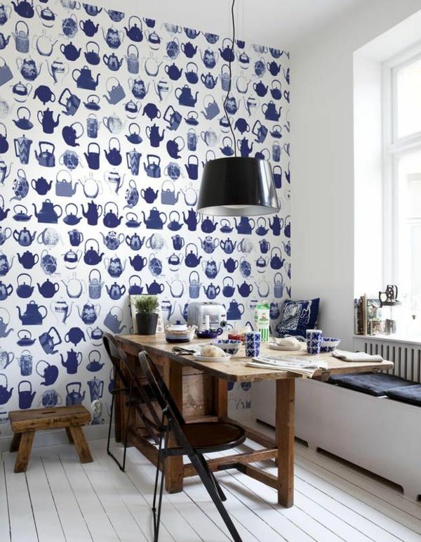 blaue tapete tapetenmuster teekessel esszimmer gestalten wandgestaltung holztisch