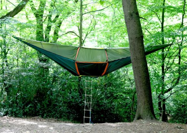 camping zelt in der luft mit treppe