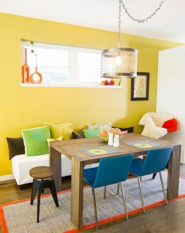 farbiges esszimmer gestalten holz esstisch mit stühlen wandfarbe gelb