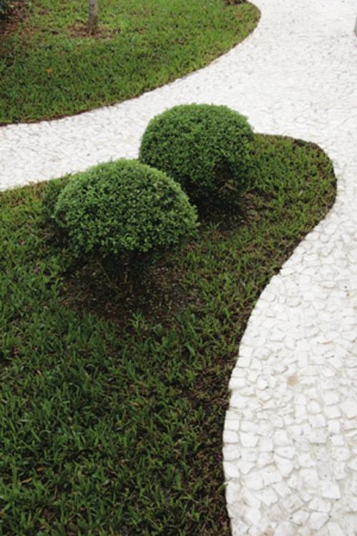 gartengestaltung ideen gartenweg gestalten gartengestaltung mit stteinen hecke gras steinpflaster