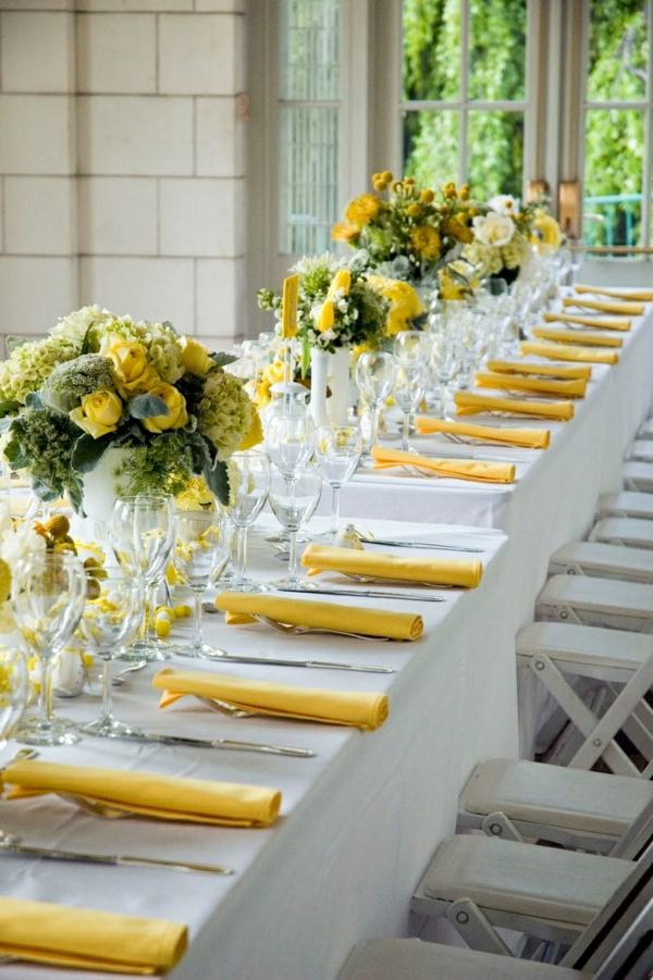 gelbe servietten bringen farbe am tisch
