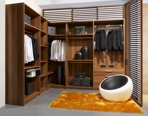 orange pluschteppich in der männer garderobe