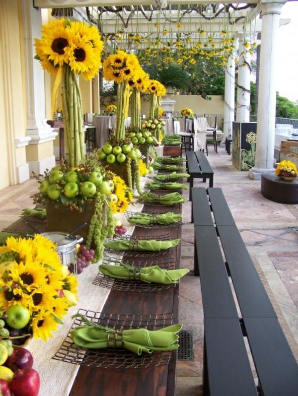 grüne servietten und sonnenblumen