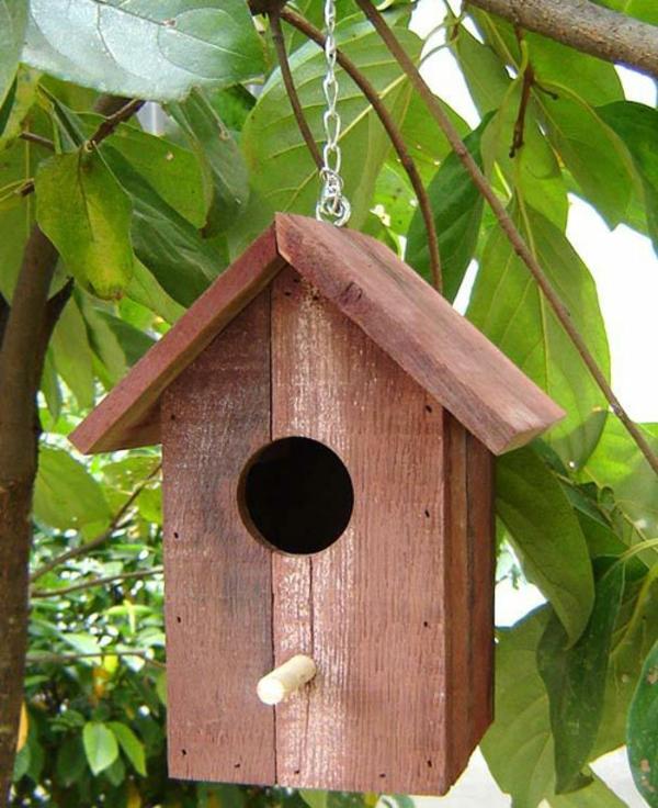 hängendes vogelhaus am baum