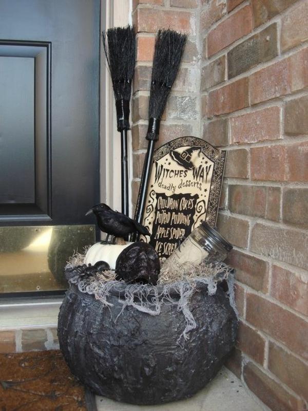 halloween deko eingangsbereich krähnen besen kässel schwarz