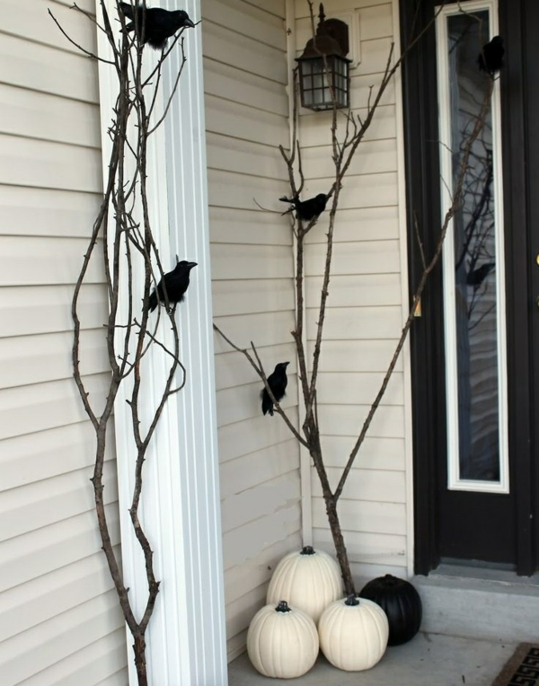 halloween deko eingangsbereich krähnen schwarz weiß kürbisse
