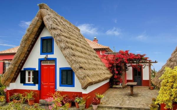 Hausfassade Farbe Farbgestaltung Ideen Hausanstrich Farbe Rot Weiß Blau  Farbakzente