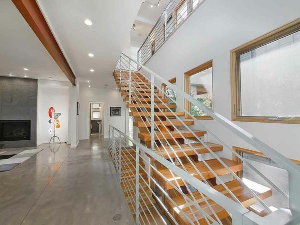 holz treppen metall geländer betonfliesen optik treppenhaus