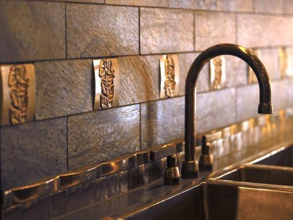 innendesign ideen wasserhahn wanddekoration aus bronze
