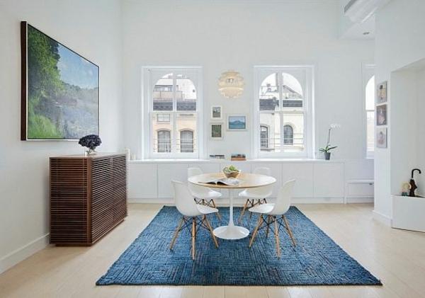 loft apartment wandgestaltung dachfenster blau teppich