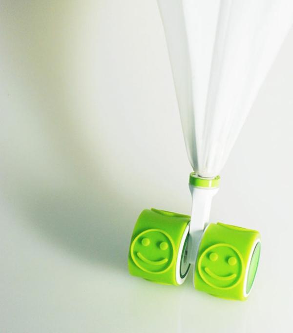 lustige grün regenschirme lächelnd gesicht spuren