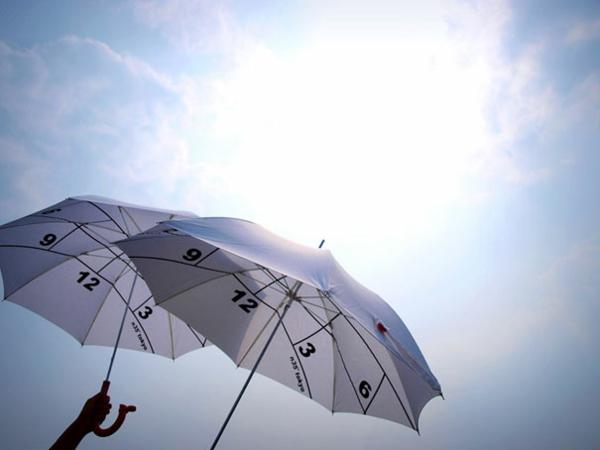 lustige-regenschirme-uhr-sonne