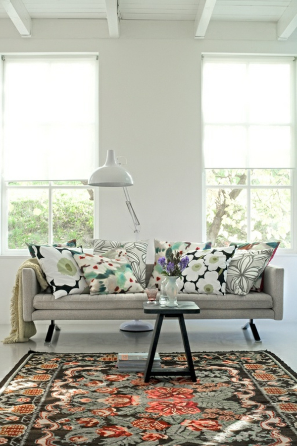 moderne blumenmuster dekokissen im wohnzimmer