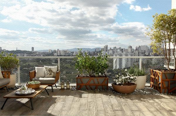 moderne terrassengestaltung stadtwohnung topfpflanzen holzboden holzmöbel