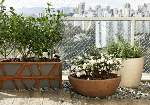 moderne terrassengestaltung stadtwohnung topfpflanzen holzkübel holzboden kieselsteine
