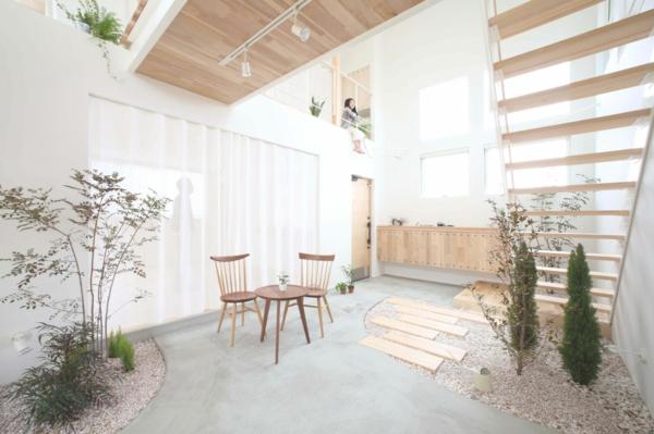 pflanzen tisch mit stühlen treppe