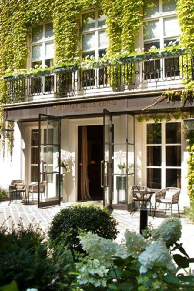 romantisches hotel paris Pavillon de la Reine hausfassade efeu