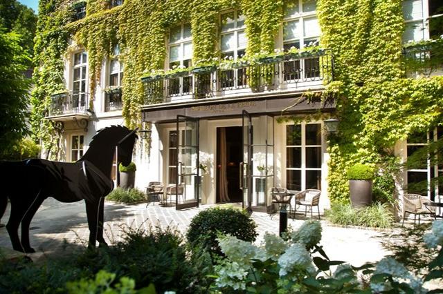 romantisches hotel paris Pavillon de la Reine innenhof