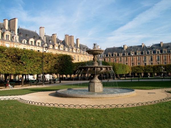 romantisches hotel paris Place des Vosges garten fontäne luxushotel