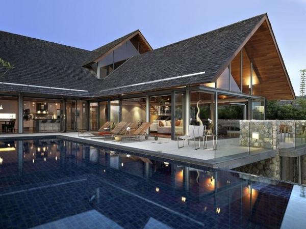schönes haus mit glasfassaden und schwimmbad