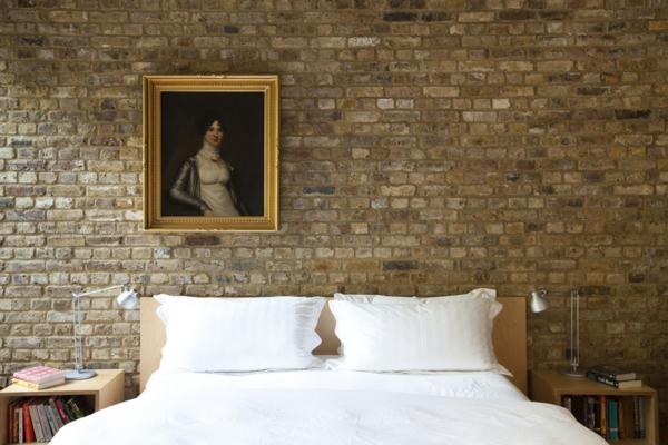 schlafzimmer mit stein tapete und gemälde
