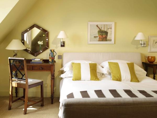 schlafzimmer wandfarbe farbiden grün hell dachzimmer