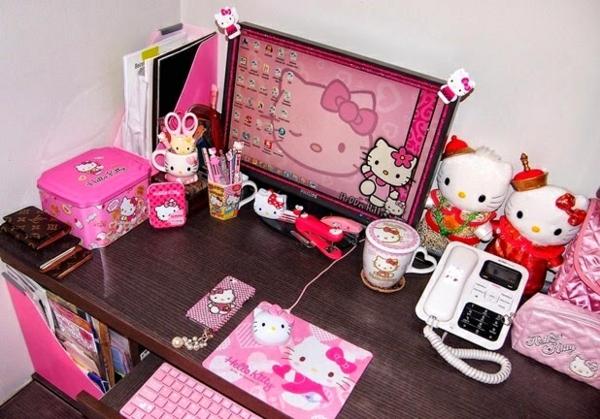 schreibtisch-mit-hello-kitty-accessoiars